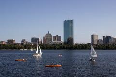 Горизонт и парусники Бостона вдоль Рекы Charles Стоковое Изображение
