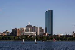Горизонт и парусники Бостона вдоль Рекы Charles Стоковое Изображение RF