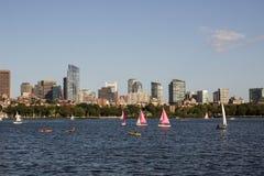 Горизонт и парусники Бостона вдоль Рекы Charles Стоковое фото RF