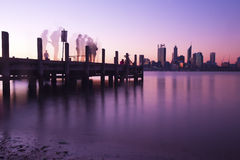 Горизонт и пристань города Перта на ноче Стоковое Изображение RF