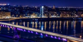 Горизонт и река панорамы на ноч-городском городе Стоковое Фото