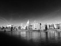Горизонт Лондона в черно-белом стоковые изображения