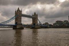 Горизонт Лондона на реке thames и мосте башни стоковые изображения