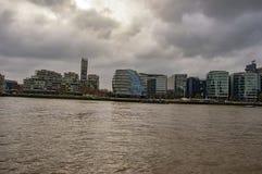 Горизонт Лондона на реке thames с облаками и зданиями стоковая фотография rf
