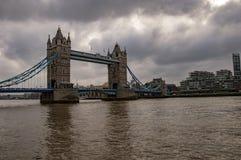 Горизонт Лондона на реке thames с темными облаками стоковое изображение rf