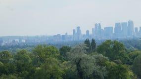Горизонт Лондона поднимая от леса черепок и арена O2ий стоковая фотография rf