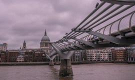 Горизонт Лондона с мостом тысячелетия стоковое изображение