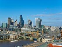 Горизонт Лондона с мостом Southwark и небоскребами северного банка реки Темзы на солнечный день Стоковое Изображение