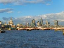 Горизонт Лондона с целью собора ` s St Paul, моста Blackfriars и небоскребов города на солнечном после полудня Стоковая Фотография RF