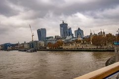Горизонт Лондона thames с облаками и водой в реке стоковые фото