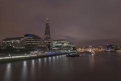 Горизонт Лондона вдоль реки Темзы стоковая фотография rf