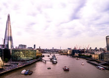 Горизонт Лондона смотря западный от моста башни стоковое изображение
