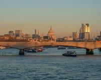 Горизонт Лондона снял смотреть мост Ватерлоо и St Pauls дальше Стоковое Изображение