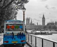 Горизонт Лондона с тележкой мороженого стоковые фотографии rf