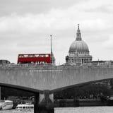 Горизонт Лондона увиденный от обваловки Виктории Стоковые Фото