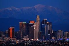 Горизонт Лос-Анджелеса и горы San Gabriel, сумрак Стоковая Фотография RF