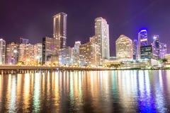 Горизонт Майами городской под яркими светами ночи стоковые фото
