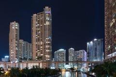 Горизонт Майами на ноче вдоль реки Майами стоковые изображения rf