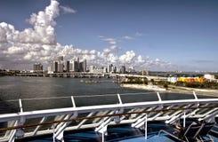 Горизонт Майами от палубы уходя туристического судна стоковые фото