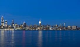 Горизонт Манхаттана над Гудзоном rive в Нью-Йорке Стоковые Изображения