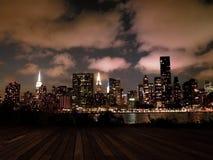 Горизонт Манхаттана Нью-Йорка на ноче Стоковое фото RF