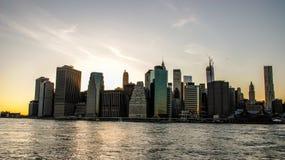 Горизонт Манхэттена на заходе солнца, закрытый к ночи Славный взгляд с стоковые изображения rf
