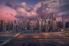 Горизонт Марины Дубай с современной инфраструктурой метро и шоссе стоковые изображения rf