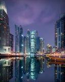 Горизонт Марины Дубай с современным разнообразием в стилях архитектуры стоковые фотографии rf