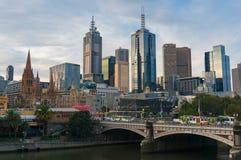 Горизонт Мельбурна CBD и принцы Мост с трамваями и движением Стоковые Фотографии RF