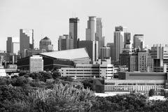 Горизонт Миннеаполиса городской в черно-белом стоковые фото