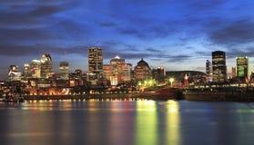 Горизонт Монреаля и река St Laurence на сумраке стоковое изображение