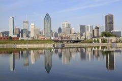 Горизонт Монреаля отразил в канал Lachine, Канаду Стоковое Изображение