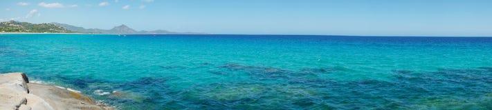 Горизонт моря увиденный от Scoglio di Peppino Панорамный взгляд, солнечный Стоковые Изображения RF