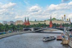 Горизонт Москвы с целью Кремля от реки Москвы Стоковое Изображение