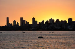 Горизонт Мумбая на заходе солнца Стоковые Фотографии RF