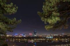 Горизонт нового Белграда Novi Beograd увиденного к ноча от крепости Kalemegdan стоковое фото rf