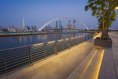 горизонт ночи Дубай города стоковые фотографии rf