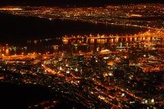 Горизонт ночи Кейптауна стоковые изображения