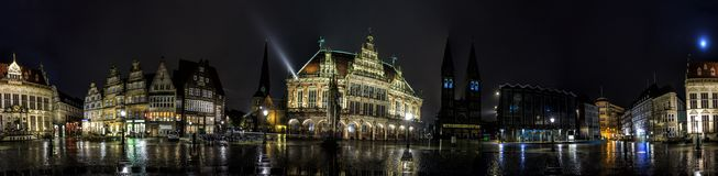 Горизонт ночи рыночной площади основы Бремена Стоковая Фотография
