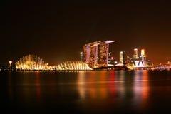 горизонт ночи Сингапура Стоковое фото RF