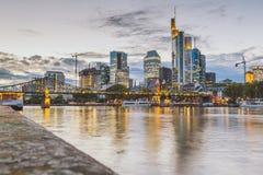 Горизонт ночи Франкфурта, Германии стоковые изображения rf