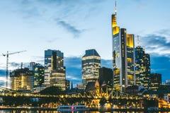 Горизонт ночи Франкфурта, Германии стоковые изображения