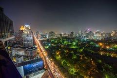 Горизонт ночи центра города Бангкока с парком Lumphini Стоковое Изображение RF