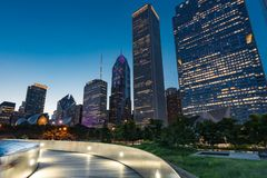 Горизонт ночи Чикаго стоковое фото rf