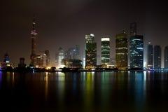 Горизонт ночи Шанхай Pudong стоковое фото rf