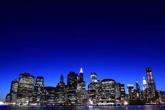 горизонт ночи manhattan Стоковые Фотографии RF