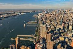 Горизонт Нью-Йорка и Нью-Джерси Манхаттан осмотрело от свободной Стоковые Фото