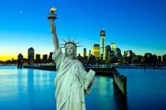 Горизонт Нью-Йорка и статуя свободы на ноче, NY, США Стоковые Изображения