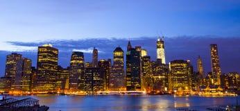 Горизонт Нью-Йорка и статуя свободы на ноче, NY, США Стоковое Изображение RF