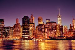 Горизонт Нью-Йорка Манхаттана городской на ноче Стоковое Изображение